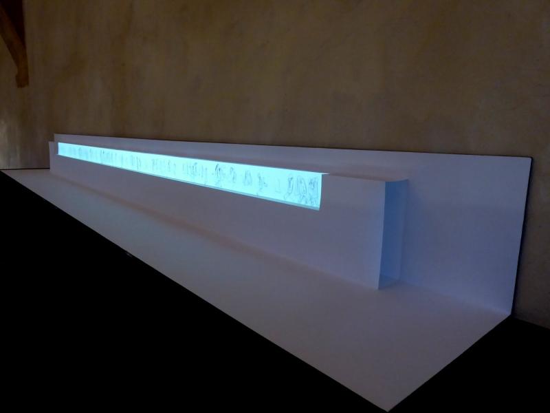 L'écran de papier est obtenu à partir d'un pliage en pop-up qui figure le pont entre deux portes